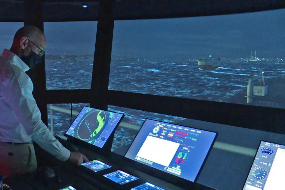Arrivée dans le port du Havre vue de la passerelle d'un navire à bord du très performant simulateur de pilotage•© Judikaelle Rousseau / France Télévisions (image extraite d'une vidéo)